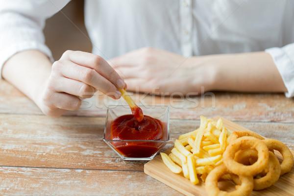 Mano patatine fritte ketchup fast food persone Foto d'archivio © dolgachov