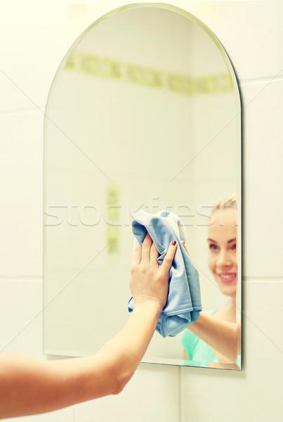 Gelukkig vrouw schoonmaken spiegel vod Stockfoto © dolgachov