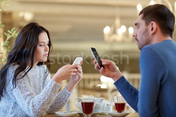 Stockfoto: Paar · smartphones · drinken · thee · cafe · mensen