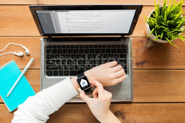 Frau smart ansehen Laptop Kommunikation Stock foto © dolgachov