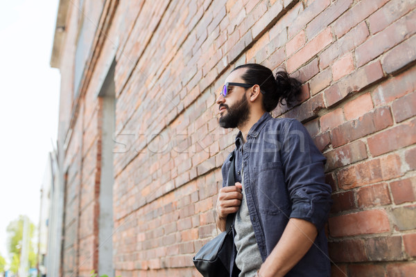 человека рюкзак Постоянный городской улице стены путешествия Сток-фото © dolgachov