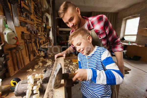 Vader zoon hamer werken workshop gelukkig gezin timmerwerk Stockfoto © dolgachov