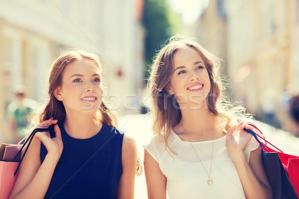 Boldog nők bevásárlótáskák sétál város vásár Stock fotó © dolgachov