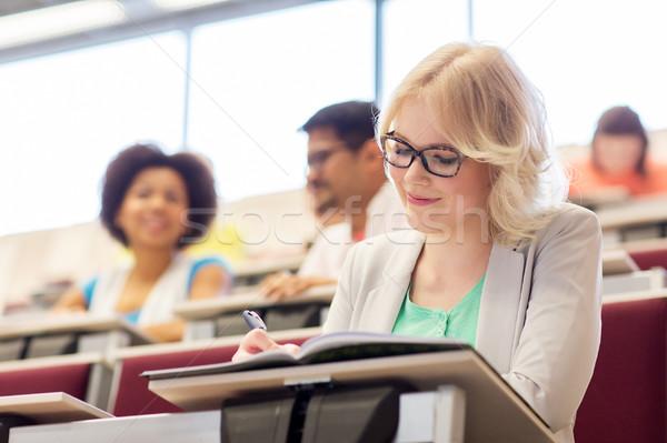 Studenten Mädchen schriftlich Notebook Vortrag Halle Stock foto © dolgachov