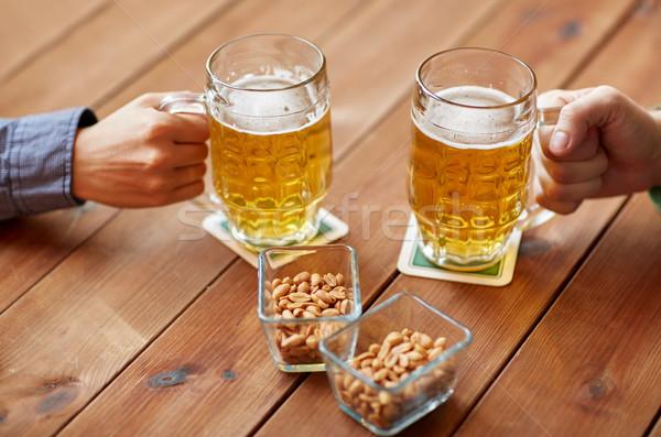 Eller bira bar birahane insanlar Stok fotoğraf © dolgachov