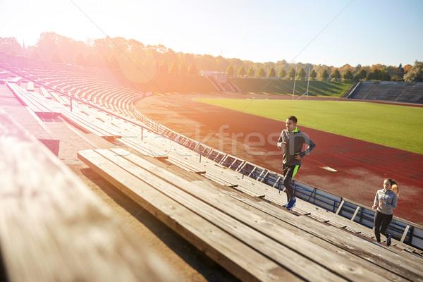 Gelukkig paar lopen naar boven stadion fitness Stockfoto © dolgachov