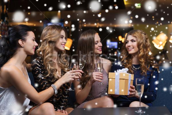 Feliz mujeres champán regalo club nocturno celebración Foto stock © dolgachov