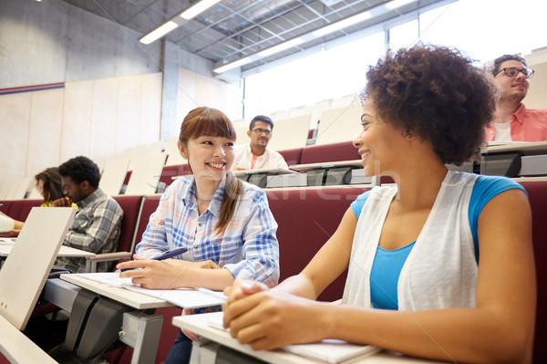 Gruppe internationalen Studenten sprechen Vortrag Bildung Stock foto © dolgachov