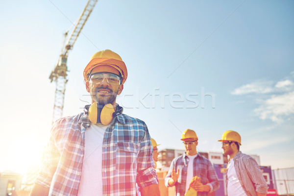 Groep glimlachend bouwers buitenshuis business gebouw Stockfoto © dolgachov