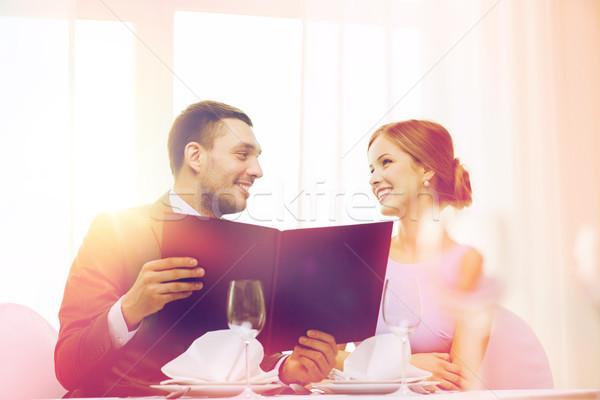 Sonriendo Pareja menú restaurante vacaciones hombre Foto stock © dolgachov