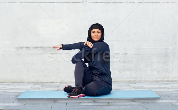 ムスリム 女性 ストレッチング スポーツ フィットネス 人 ストックフォト © dolgachov