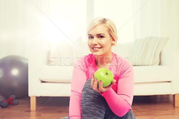 Foto stock: Feliz · mulher · alimentação · verde · maçã · casa