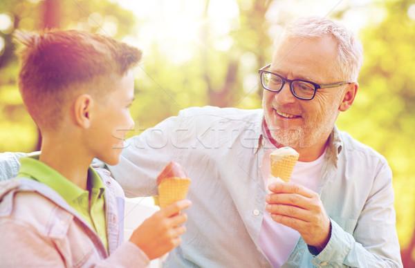 Idős férfi fiú eszik fagylalt nyár park Stock fotó © dolgachov