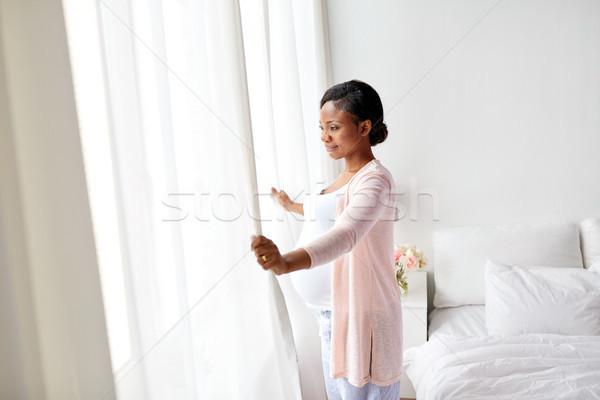 Mujer embarazada mirando ventana casa embarazo personas Foto stock © dolgachov