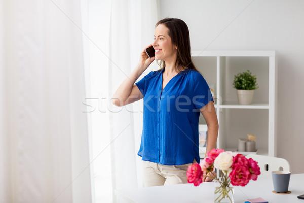 女性 呼び出し スマートフォン オフィス ホーム 技術 ストックフォト © dolgachov