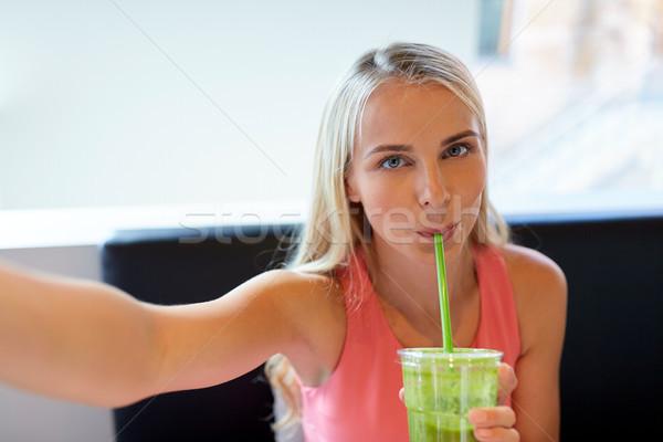 Stock fotó: Nő · smoothie · elvesz · étterem · technológia · emberek