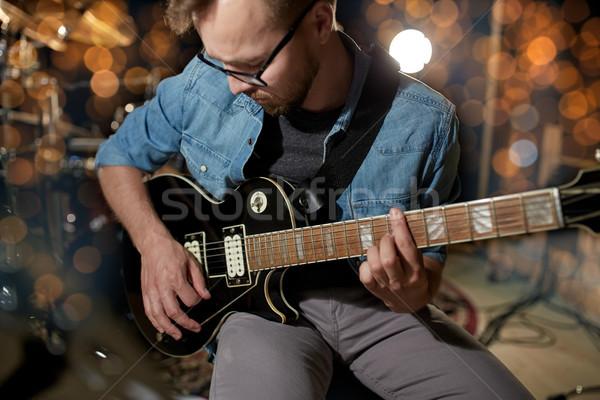 Hombre jugando guitarra estudio concierto música Foto stock © dolgachov