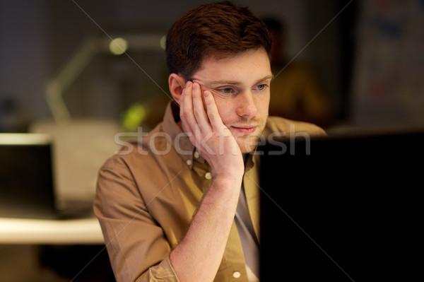 Fatigué s'ennuie homme table nuit bureau Photo stock © dolgachov