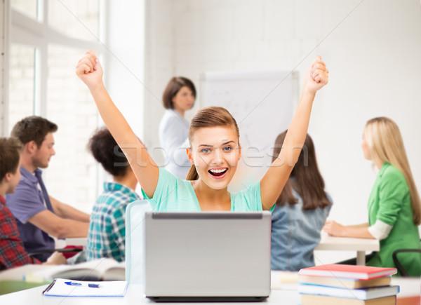 Foto stock: Feliz · estudante · menina · laptop · escolas · quadro