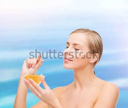 Nő omega 3 vitaminok egészségügy szépség tengerpart Stock fotó © dolgachov