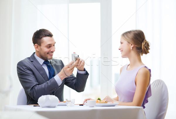 Sorridere uomo foto fotocamera digitale ristorante Foto d'archivio © dolgachov