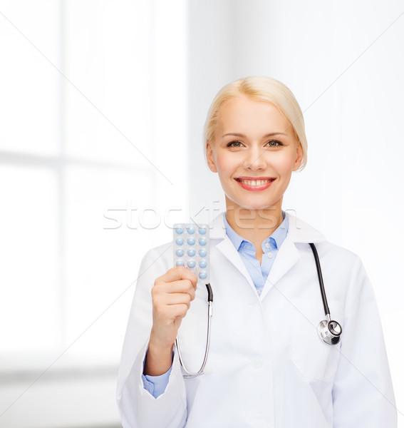 Mosolyog női orvos tabletták egészségügy gyógyszer Stock fotó © dolgachov