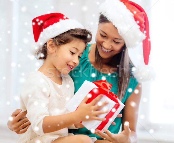 Mutlu anne çocuk kız hediye kutusu Noel Stok fotoğraf © dolgachov