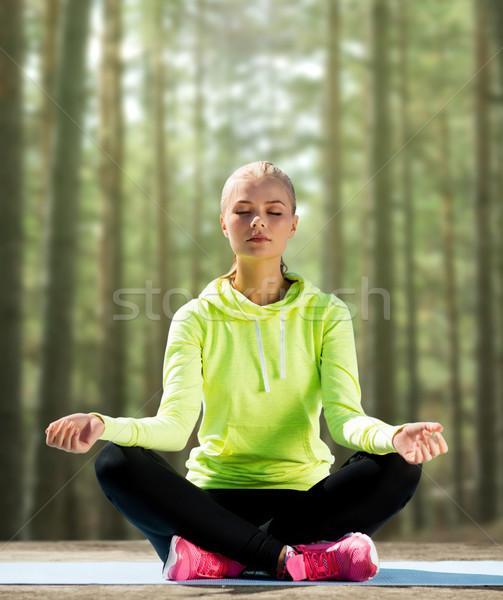 Stok fotoğraf: Mutlu · genç · kadın · yoga · açık · havada · spor · uygunluk