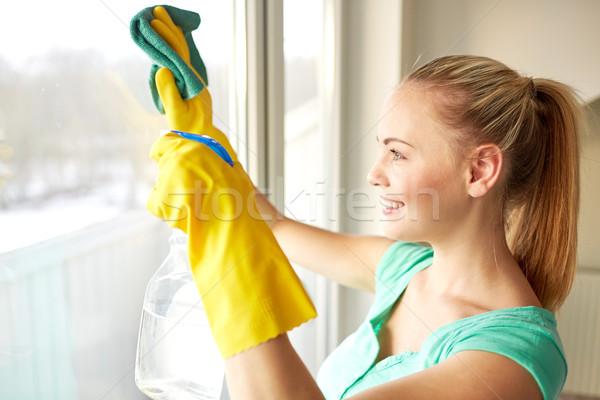 Gelukkig vrouw handschoenen schoonmaken venster vod Stockfoto © dolgachov