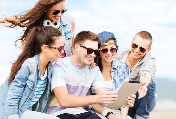 Grupo adolescentes mirando verano vacaciones Foto stock © dolgachov