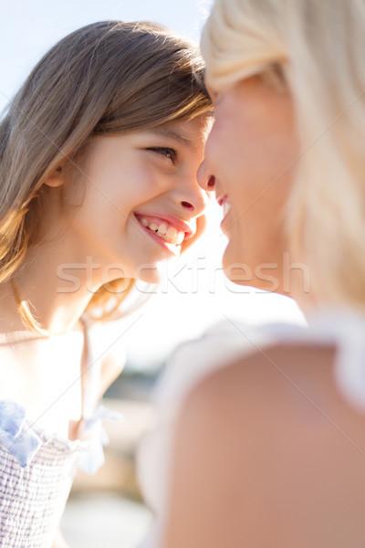 Gelukkig moeder kind meisje buitenshuis zomer Stockfoto © dolgachov
