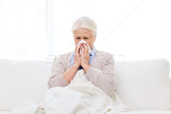 Doente senior mulher assoar o nariz papel guardanapo Foto stock © dolgachov