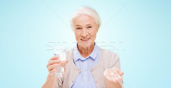 Boldog idős nő víz gyógyszer kor Stock fotó © dolgachov