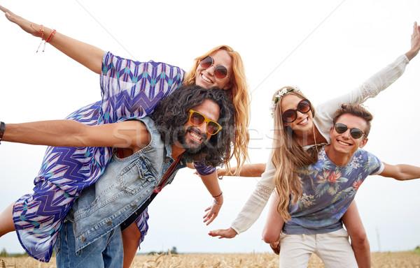 Mutlu hippi arkadaşlar tahıl alan Stok fotoğraf © dolgachov
