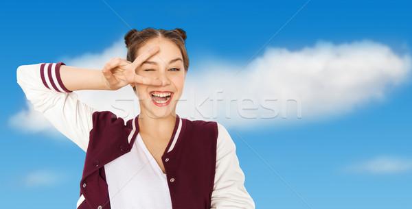 Mutlu gülen genç kız barış imzalamak Stok fotoğraf © dolgachov