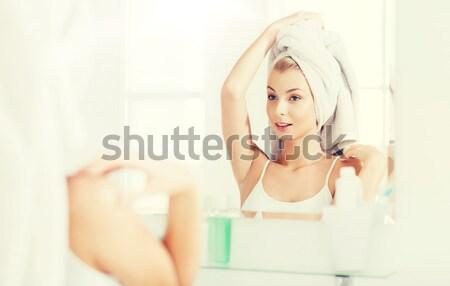 Feliz mulher jovem ventilador cabelo banheiro beleza Foto stock © dolgachov