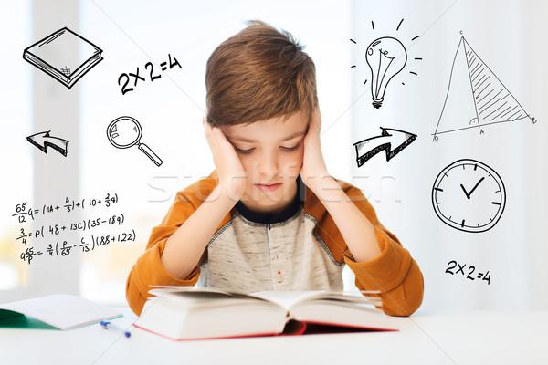 Studente ragazzo lettura libro libro di testo home Foto d'archivio © dolgachov
