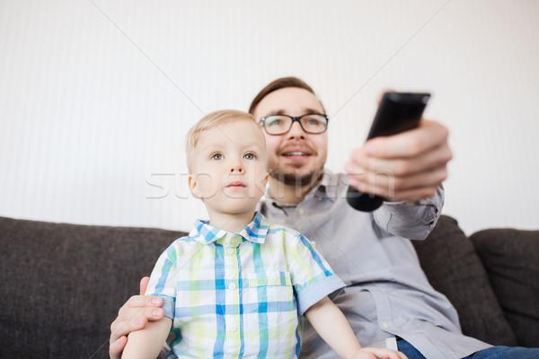 отцом сына удаленных смотрят телевизор домой семьи Сток-фото © dolgachov