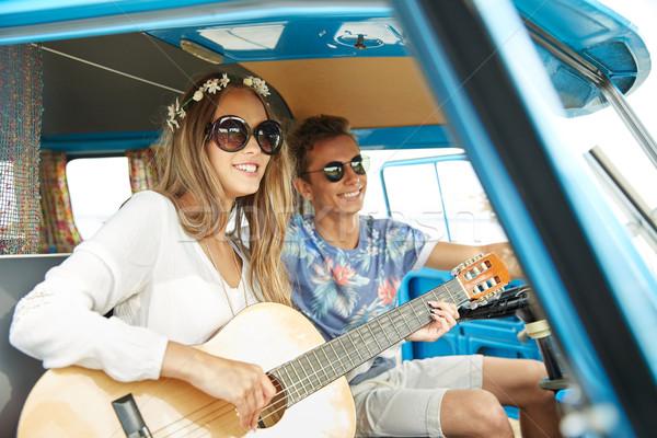 Glimlachend hippie paar gitaar auto Stockfoto © dolgachov