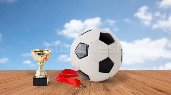 Football balle or tasse médaille Photo stock © dolgachov
