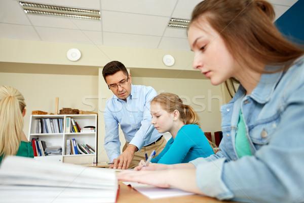 Nauczyciel pomoc studentów zadanie szkoły edukacji Zdjęcia stock © dolgachov