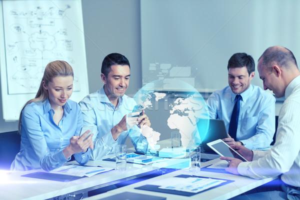Mosolyog üzletemberek kütyük iroda együttműködés technológia Stock fotó © dolgachov