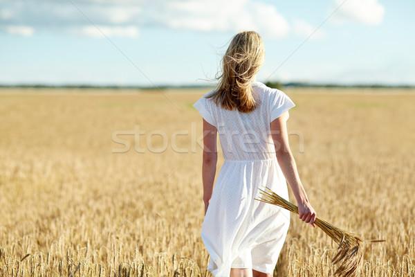 Młoda kobieta zbóż spaceru dziedzinie szczęścia charakter Zdjęcia stock © dolgachov