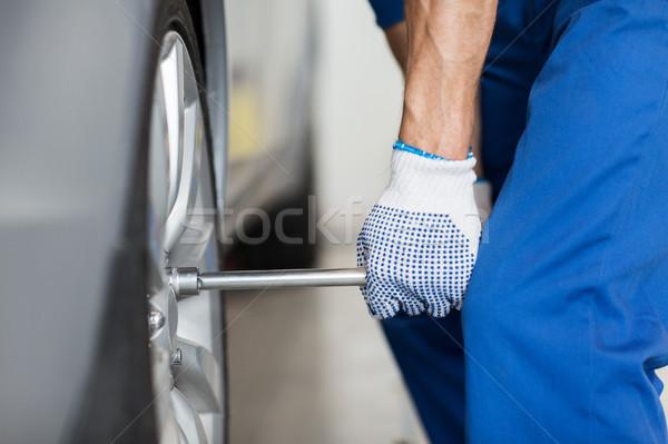 Monteur schroevendraaier auto band dienst reparatie Stockfoto © dolgachov
