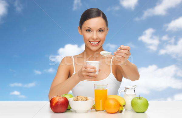 Gelukkig vrouw vruchten granen eten yoghurt Stockfoto © dolgachov