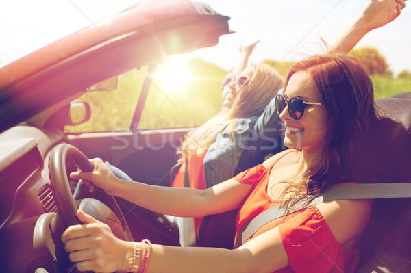 Uśmiechnięty młodych kobiet jazdy kabriolet samochodu lata Zdjęcia stock © dolgachov
