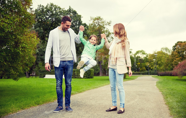 Glückliche Familie Fuß Sommer Park Familie Stock foto © dolgachov