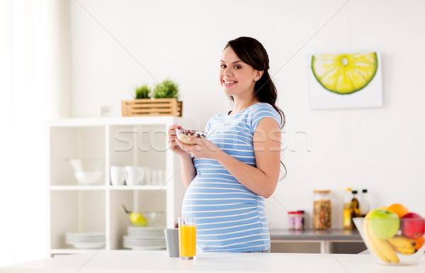 Mulher grávida alimentação muesli café da manhã casa gravidez Foto stock © dolgachov
