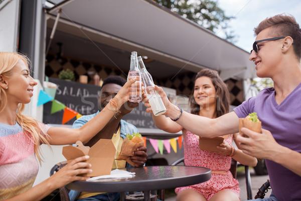 Barátok italok eszik étel teherautó szabadidő Stock fotó © dolgachov
