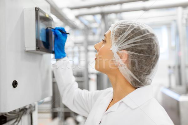 Vrouw programmering computer ijs fabriek industrie Stockfoto © dolgachov